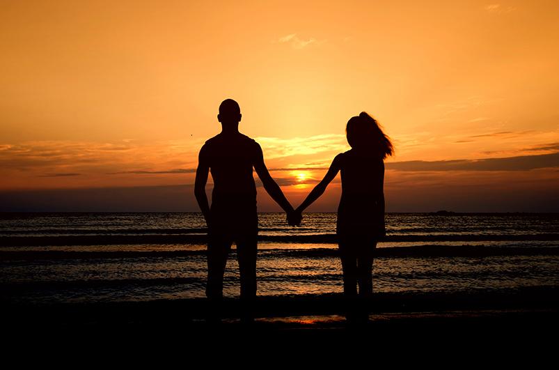 Lykkelig par som varmer seg fra solen